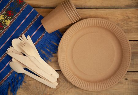 Disposable tableware from natural materials, wooden knife, spoon, fork, environmentally friendly. Ecological dishes in nature. Place for text. Stockfoto