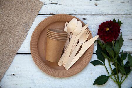 Vajilla de papel desechable ecológica. Concepto de fiesta, picnic y camping, utensilios de camping. Foto de archivo