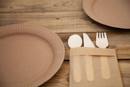 eco paper plate dish fork on old wooden table Stockfoto