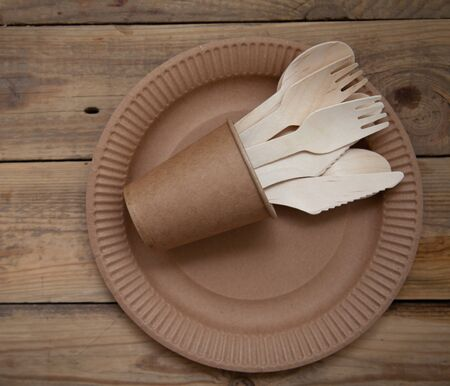 eco paper plate dish fork on old wooden table Reklamní fotografie