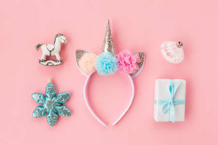 Set of various white and light blue Christmas details: gifts and toys on pink background. Top view, flat lay. Banque d'images