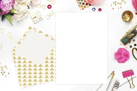 papeleria: escritorio mujer, tarjeta de plantilla, maqueta para su foto o texto Coloca el trabajo. Peonías y papelería oro. Oro Polka. sitio web de cabecera o sitio web héroe
