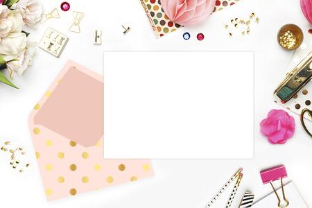 articulos de oficina: sitio web de cabecera o sitio web h�roe, ver Tabla art�culos de oficina, fondo blanco maqueta, escritorio mujer. patr�n oro polka y rubor