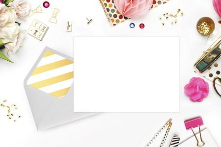 Hochzeit Hintergrund. Mock-up für Ihr Foto oder Text Zeigen Sie mit der Arbeit. Frau Desktop, Schablonenkarte, Pfingstrosen und Gold Briefpapier. Gold-Polka. Header-Website oder Held Website