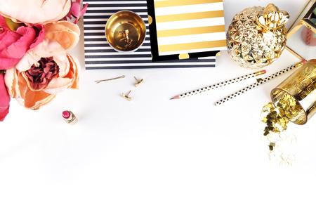 Goud en zwart. Headerwebsite of Hero-website, Mockup productoverzichtstafel gouden accessoires. Plat leggen. Workspace. Achtergrondmodel. Pioenrozen in vaas Stockfoto