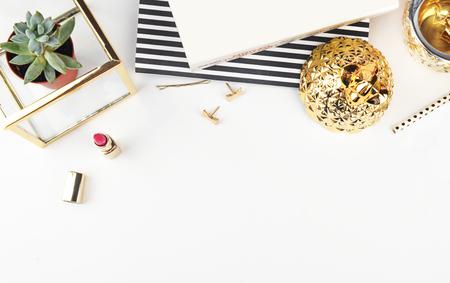 Gold & Black. Header website of Hero website, Mockup product view tafel gouden accessoires. Plat. Workspace. Achtergrond mock-up