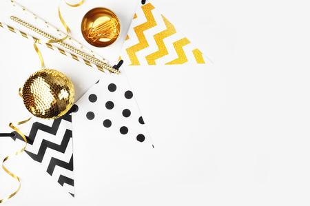 Kerstmis achtergrond. Decoratie tafel uitzicht. Flat Lay. Party mockup. Gouden artikelen Stockfoto