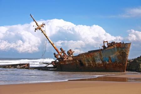 Schip wrak met wolken en strand  Stockfoto