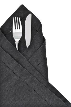 tovagliolo: Coltello e forchetta avvolto in un tovagliolo nero come impostazione di una tabella