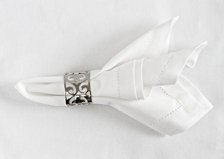 servilleta de papel: Tabla cubierto de servilleta de lino y servilletero de plata Foto de archivo