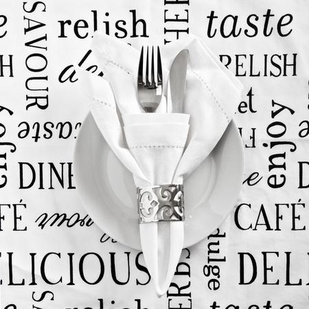 Tabel couvert met gedrukte wit linnen