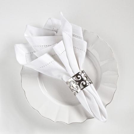 Tabel couvert met wit linnen servet en zilveren ring