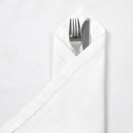 cubiertos de plata: Cuchillo y tenedor con la servilleta de lino