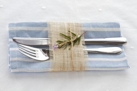 Mes en vork met servet gebonden met een touwtje en natuurlijke jute Stockfoto