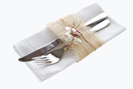 cubiertos de plata: Cuchillo y tenedor con la servilleta aislado sobre fondo blanco