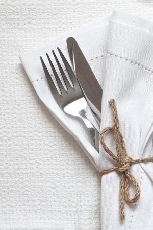 white linen: Servilleta de lino blanco y cubiertos