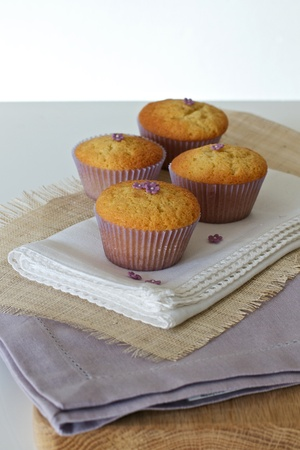 serviettes: Cupcakes with daisies on hessian and serviettes