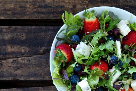 Salade van gemengde zomer bessen