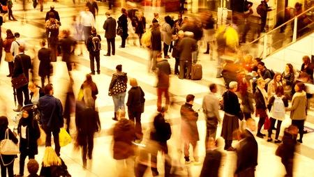 persona caminando: Tren de la hora punta estaci�n Editorial
