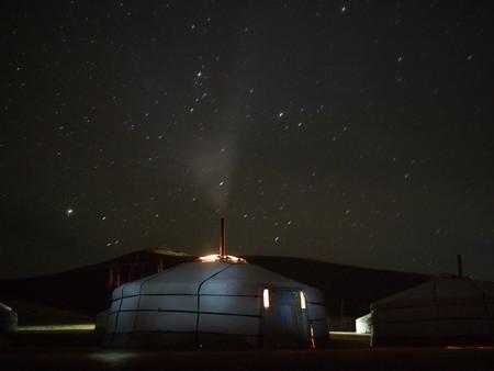 透明な星明かりの空の下でモンゴルのゲル