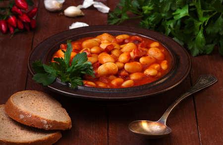 generous: Una generosa porción de frijoles - preparado con bacon, salchichas, salsa de tomate, cebolla