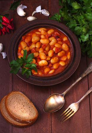 generoso: A generous serving of beans - prepared with bacon, sausage, tomato sauce, onion Foto de archivo