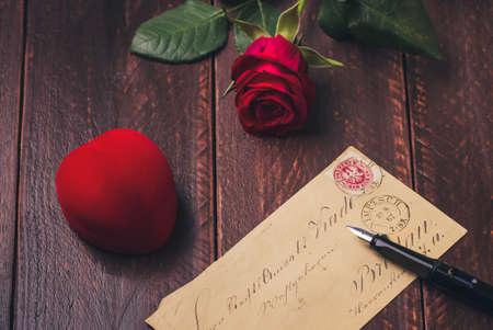 Valentine Dekoration, ein alter Brief und rote Rose.