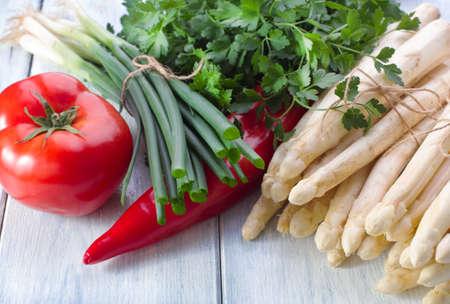 cebolleta: De verduras de primavera espárragos cebollino tomate y perejil Foto de archivo