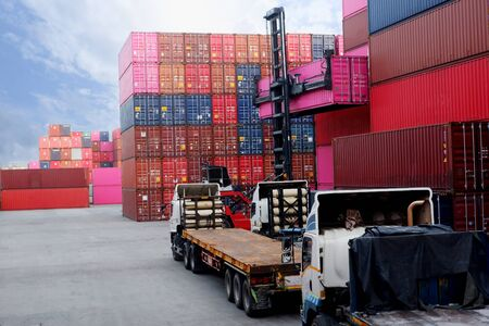 The truck is waiting to load the container in the port. Banque d'images - 133466302
