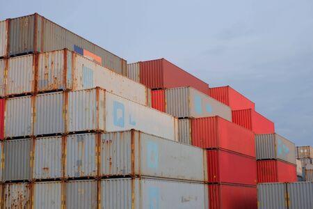 Pila di container Sfondo blu in una sfida in barca