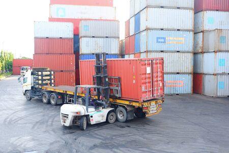 Wózki do kontenerów Praca na placu kontenerowym Zdjęcie Seryjne