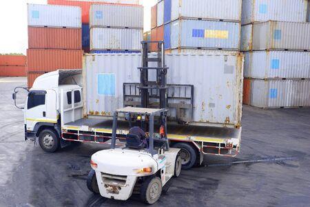 Operatori di container Lavorare nel deposito di container Archivio Fotografico