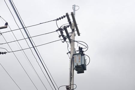 Transformator auf Mast, einphasiger Transformator zur Umwandlung von Hochspannung in Niederspannung im ländlichen Raum