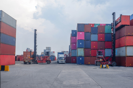 Manutentionnaires de conteneurs dans le port Communication d'information
