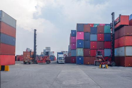 Operatori di container nel porto Comunicazione informativa