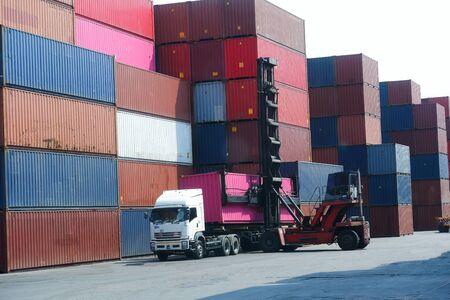 Impilatore di container, carica il container nel camion. Concetto di trasporto