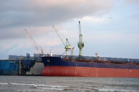 Cargo ships and large shipyards 免版税图像
