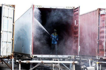Clean the container With high pressure water Industrial work 免版税图像