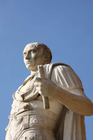 tiran: PARIJS, Frankrijk - 10 oktober - Foto van een standbeeld van Julius Caesar op Louvre op 10 okt 2008, Parijs Stockfoto
