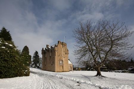 castillo medieval: Crathes Castillo en la nieve, Escocia Foto de archivo