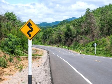 risks ahead: Muestra de camino Curvy de la monta�a en la zona rural