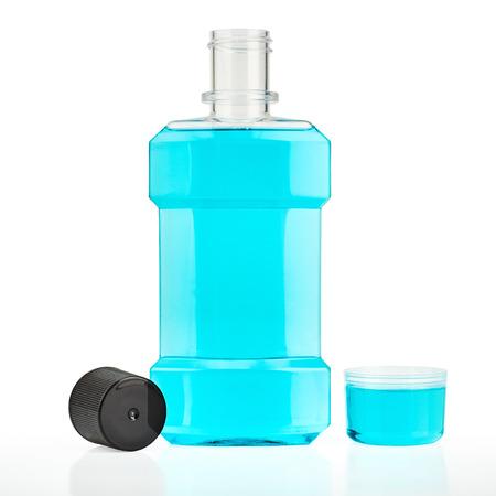 enjuague bucal: Enjuague bucal de agua azul aislado en blanco