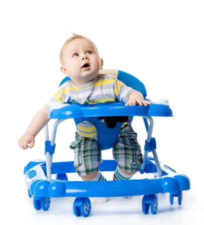 gehhilfe: kleines Baby in der Lauflernhilfe