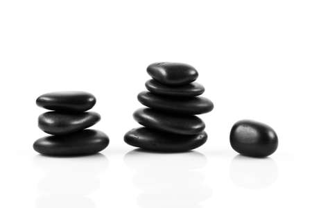 piedras zen: Piedras negras del masaje apiladas, aisladas.