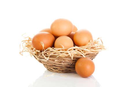 gallina con huevos: Marr�n huevos en la cesta en blanco.