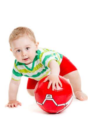 Jongetje speelt met een bal. mooie kleine jongen spelen met bal op een witte achtergrond, geïsoleerd Stockfoto