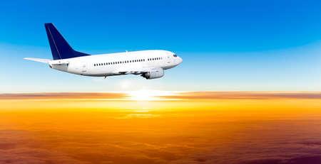 Vliegtuig in de hemel bij zonsondergang. Een passagiersvliegtuig in de lucht