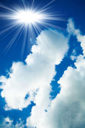 Wolken en heldere blauwe hemel. Witte wolken in de blauwe hemel