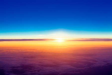 zonsondergang met een hoogte van 10 000 km Dramatische zonsondergang Uitzicht op de zonsondergang boven de wolken uit vliegtuig venster Stockfoto