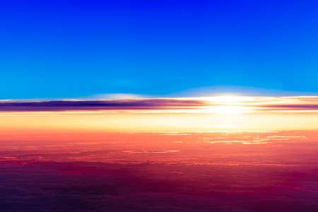 zonsondergang met een hoogte van 10 000 km. Dramatische zonsondergang. Uitzicht op de zonsondergang boven de wolken uit het vliegtuig venster Stockfoto